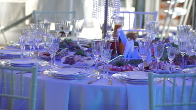 tabeller på bröllopsfesten i festsalen. bröllop catering servicekoncept. - empty plate bildbanksvideor och videomaterial från bakom kulisserna