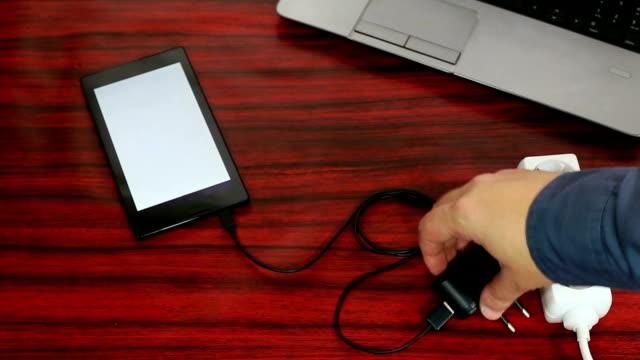 vidéos et rushes de tablette connectée à une prise vidéo - vidéos de rallonge électrique