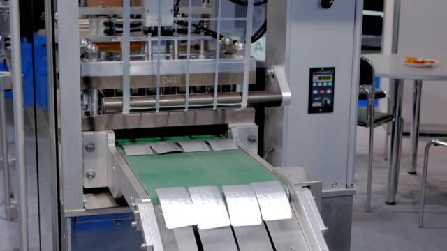 stockvideo's en b-roll-footage met tablet farmaceutische blisterverpakking machine - doordrukstrip