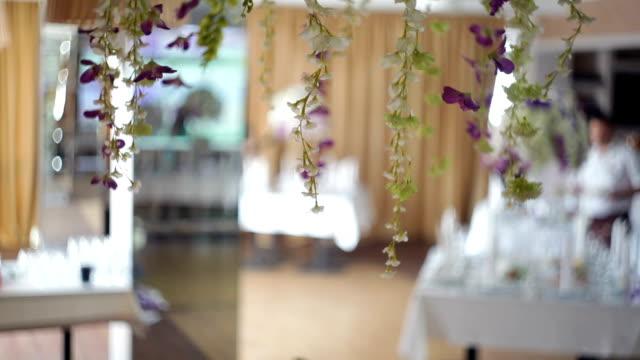 vidéos et rushes de vaisselle et décor de bouquets de fleurs pour la fête de mariage - lieu sportif