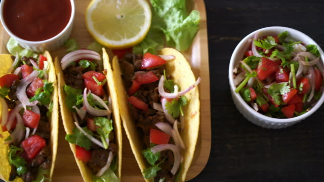 vídeos de stock e filmes b-roll de tacos with meat and vegetables - mexican food - sauce tomatoes