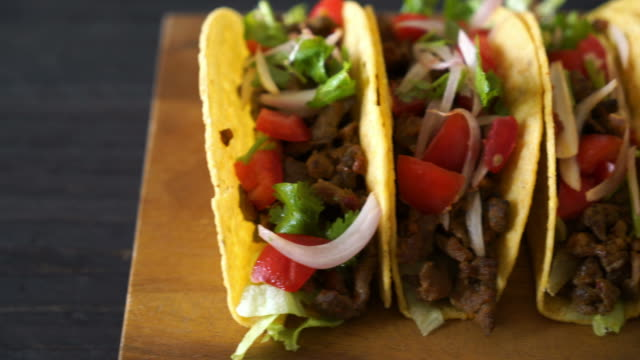 tacos with meat and vegetables - chilli con carne video stock e b–roll