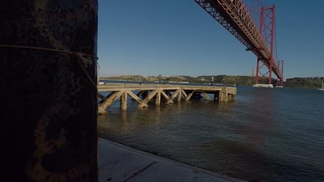vídeos de stock e filmes b-roll de tagus river and april 25th bridge - ponte 25 de abril