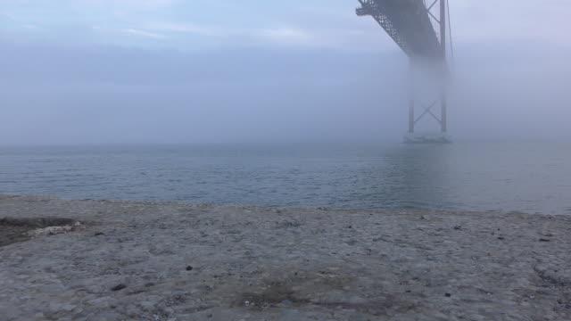 vídeos de stock e filmes b-roll de tagus river - ponte 25 de abril