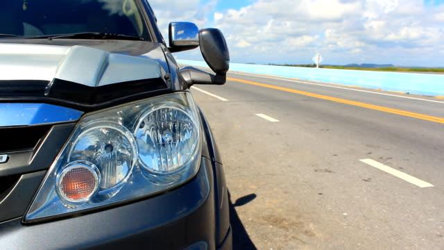 vídeos de stock e filmes b-roll de luz traseira de carro de piscar na lateral da estrada - puxar