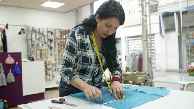 tailor woman cutting fabrics - cultura turca video stock e b–roll