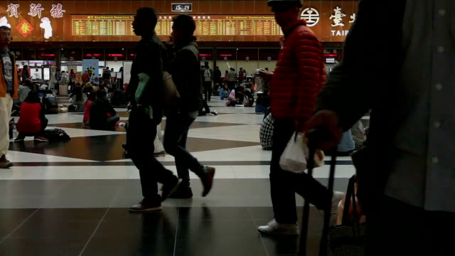 stazione ferroviaria di taipei biglietto hall al rallentatore - subway video stock e b–roll