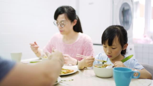 vídeos y material grabado en eventos de stock de familia taiwanesa almorzando en casa - comida china
