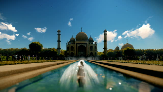taj mahal turist mavi gökyüzü, eğimli 4k - hindistan stok videoları ve detay görüntü çekimi