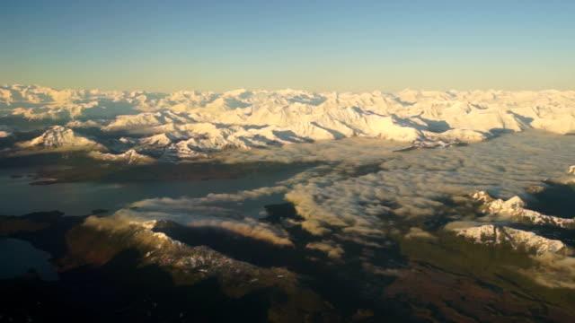 vídeos de stock e filmes b-roll de tomar um voo mais sul do alasca da baía de geleira - montanha costeira