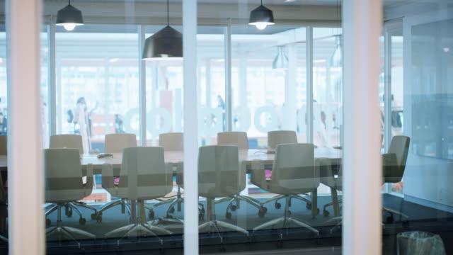 vídeos de stock e filmes b-roll de take a seat, it's time to innovate - fundo oficina