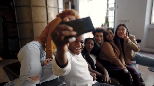 take a selfie and make it memorable - поколение z стоковые видео и кадры b-roll