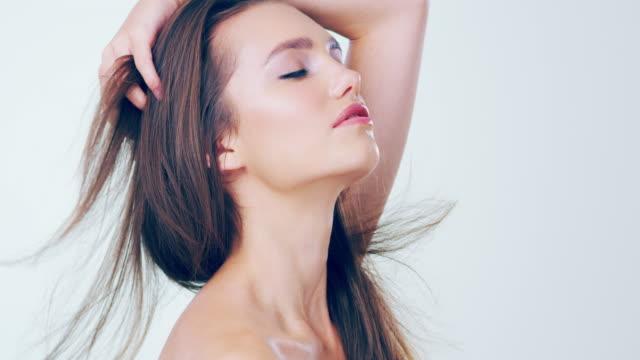 stockvideo's en b-roll-footage met ik zorg voor mijn haren - hair woman