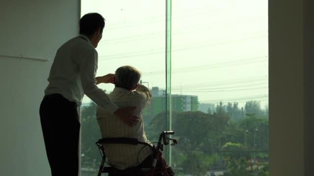 世話をする年配の男性 ビデオ