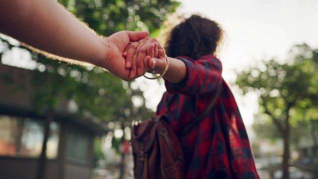 ta min hand och jag ska leda dig genom solskenet - pojkvän bildbanksvideor och videomaterial från bakom kulisserna