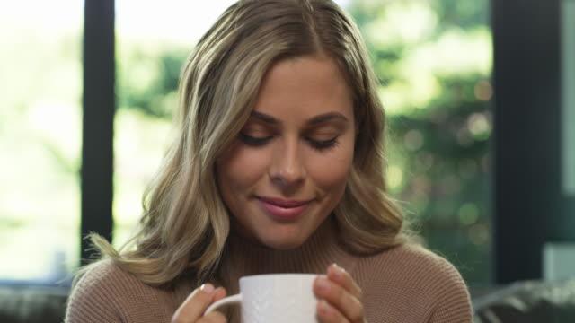 vídeos de stock, filmes e b-roll de tome tempo para parar e cheirar as rosas... ou café - chocolate quente