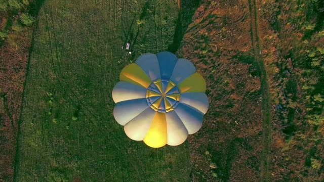 夕暮れ時の離陸、熱気球 - 籠点の映像素材/bロール