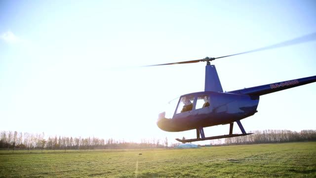 離陸、飛行のヘリコプター - ヘリコプター点の映像素材/bロール