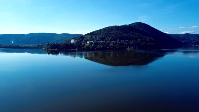 start zeit lapese über kurort thermalbad und vag fluss mäander, slowakei - slowakei stock-videos und b-roll-filmmaterial
