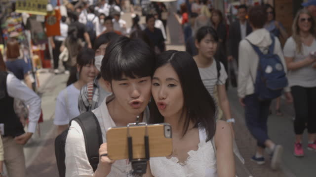 竹下 selfie ヤング アダルト selfie 遅いモーション原宿東京。 - セルフィー点の映像素材/bロール