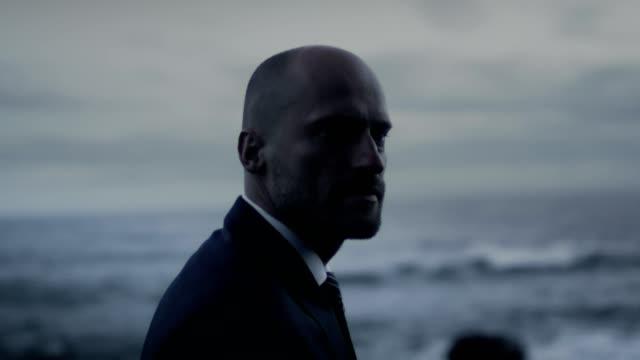 stockvideo's en b-roll-footage met het nemen van een pauze. gericht zakenman wandelen langs strand - bewondering