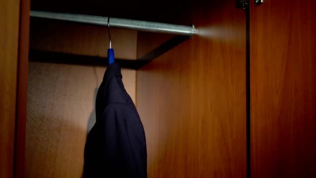 ta en affärs jacka från en garderob - looking inside inside cabinet bildbanksvideor och videomaterial från bakom kulisserna