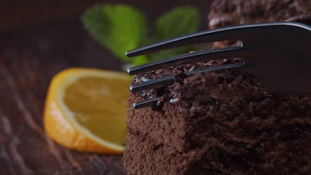 çatalla bir parça çikolatalı kek alıyorum. aşırı yakın çekim - kek dilimi stok videoları ve detay görüntü çekimi