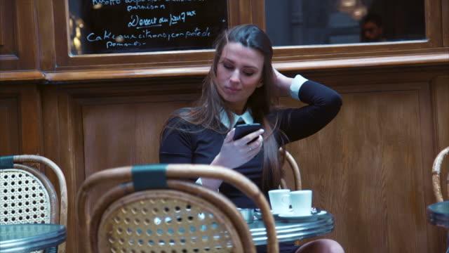 カフェ (スローモーション) で、selfie を取ってください。 - カフェ文化点の映像素材/bロール