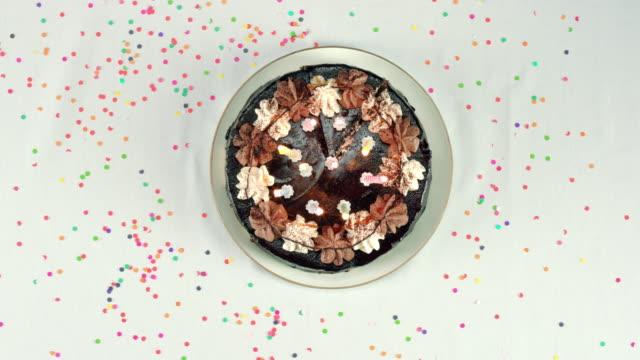 bir doğum günü bir dilim pasta alarak - kek dilimi stok videoları ve detay görüntü çekimi