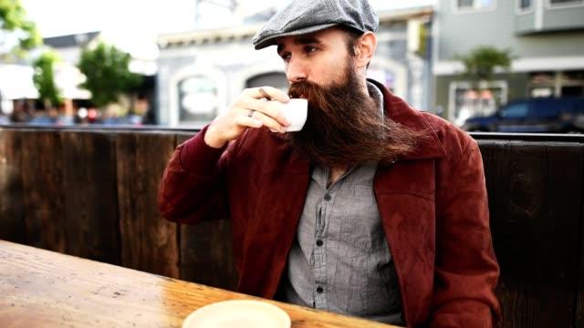 vidéos et rushes de prendre un espresso au café - image