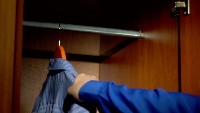att ta och sätta en skjorta - looking inside inside cabinet bildbanksvideor och videomaterial från bakom kulisserna