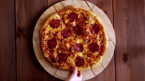 vídeos y material grabado en eventos de stock de teniendo mejores manos de pizza desde la vista superior - rebanada