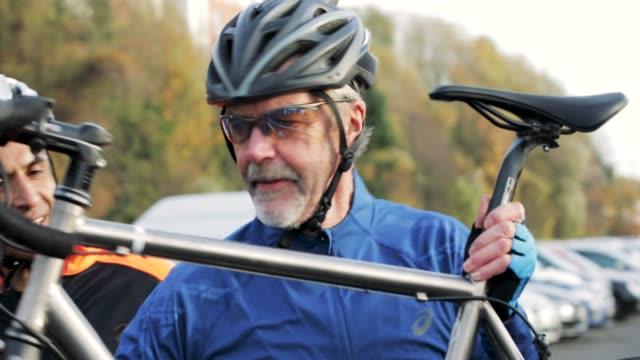 einnahme von fahrrad aus einem auto - aktiver senior stock-videos und b-roll-filmmaterial