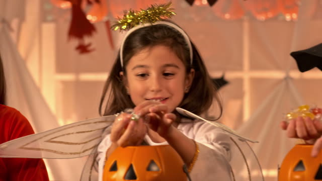 hd dolly: taking candies out of pumpkins - halloween candy 個影片檔及 b 捲影像