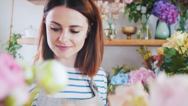 ta hand om varje detalj. - blomstermarknad bildbanksvideor och videomaterial från bakom kulisserna