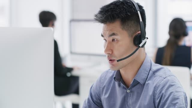 taking his customer's queries as seriously as they do - pracownik obsługi klienta filmów i materiałów b-roll