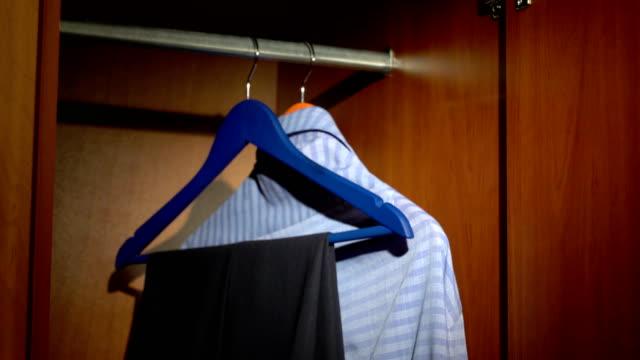 ta byxor från en garderob - looking inside inside cabinet bildbanksvideor och videomaterial från bakom kulisserna