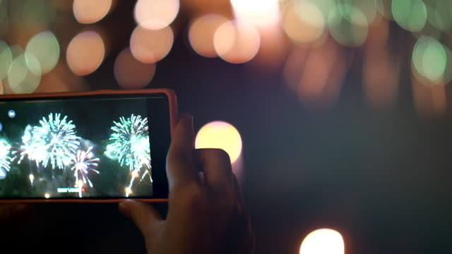 fotografieren bei celebration new year event - fotohandy stock-videos und b-roll-filmmaterial