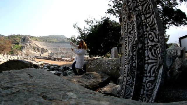 vídeos de stock, filmes e b-roll de tirando fotos com o tablet digital nas ruínas da antiga éfeso - ática ática