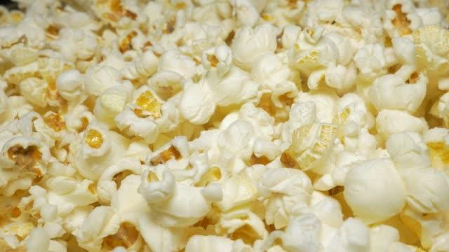 stockvideo's en b-roll-footage met pop-likdoorns nemen tijdens spel - popcorn