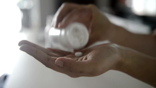 vídeos y material grabado en eventos de stock de tomar medicamentos recetados - píldoras