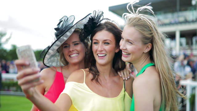 selfie bayanlar gün alarak - horse racing stok videoları ve detay görüntü çekimi