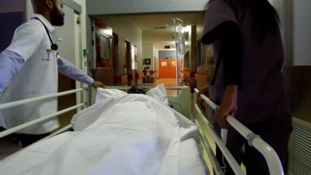 tar senior patienten till operation - vårdklinik bildbanksvideor och videomaterial från bakom kulisserna