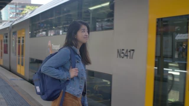 시드니 중앙 기차역 (슬로우 모션)에서 기차를 복용 - 시드니 뉴사우스웨일스 스톡 비디오 및 b-롤 화면