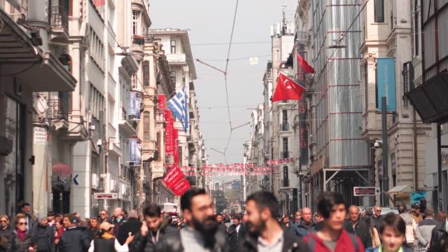 taksim straße menschen wandern auf der istiklal straße taksim istanbul ,türkei - ankara türkei stock-videos und b-roll-filmmaterial