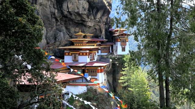 taktshang ( tiger's nest ) monastery in paro, bhutan - i̇badet yeri stok videoları ve detay görüntü çekimi