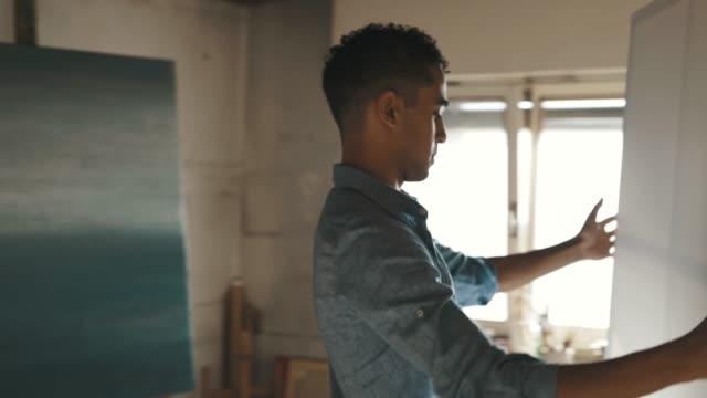 vidéos et rushes de artiste doué commençant une nouvelle peinture - toile à peindre