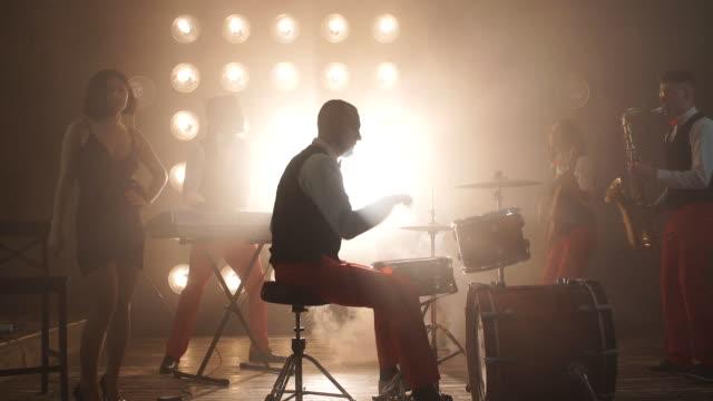 vídeos de stock e filmes b-roll de talented drummer performing at night club - bateria instrumento de percussão