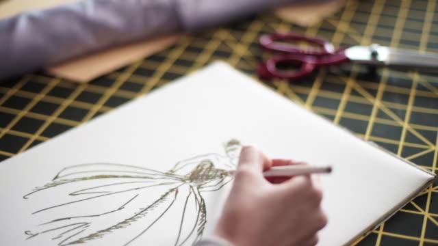 vídeos y material grabado en eventos de stock de sastre talentoso dibujo nuevo boceto del vestido de - bocetos de diseños de moda