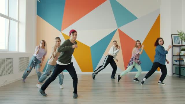 屋内で練習スタジオでモダンダンスを披露する才能ある若者 - ダンススタジオ点の映像素材/bロール